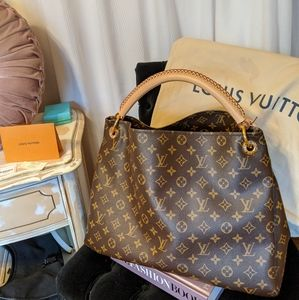 Authentic Louis Vuitton Artsy GM handbag!